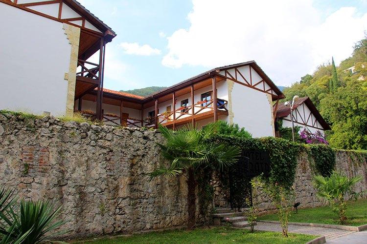 Отель на территории крепости Абаата
