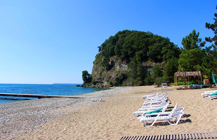 Песок и галька на пляже
