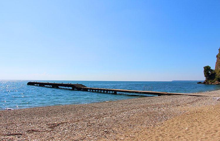 Пирс на пляже госдачи