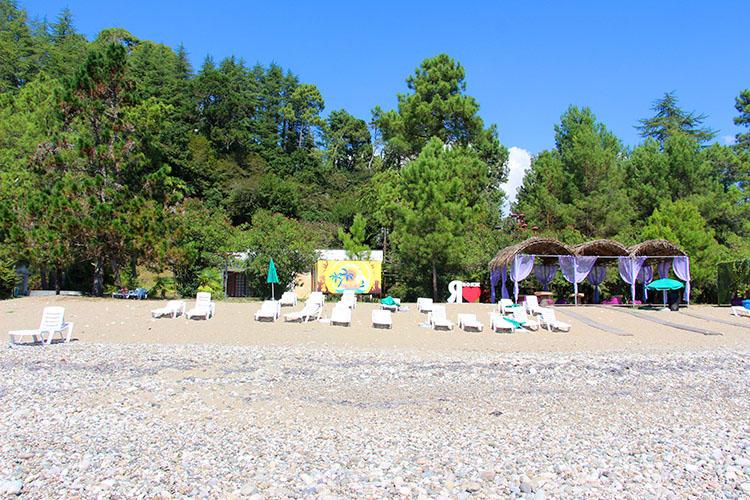 Слева зона пляжа «Вояж»