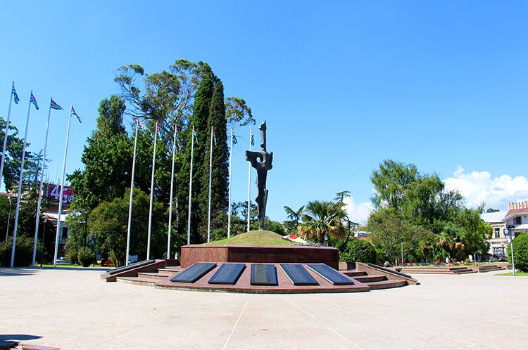 Монумент «Штык, воткнутый в землю»