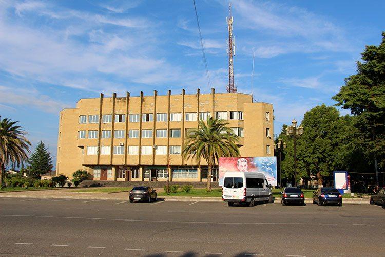 Здание на центральной площади Очамчиры