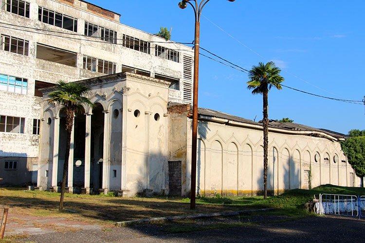 Полуразрушенные здания города
